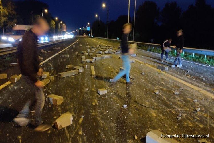 Vrachtwagen verliest lading bij Heemskerk: A9 richting Alkmaar bezaaid met betonblokken