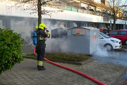 Container vol plasticafval in brand: veel rookontwikkeling
