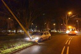 Auto tegen lantaarnpaal in Heemskerk