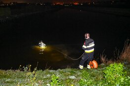Zoekslag na fietslampje in het water in Heemskerk