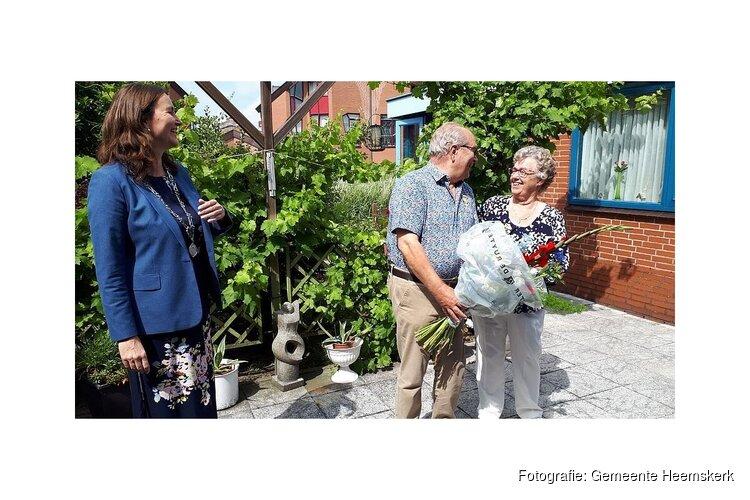 Burgemeester Mieke Baltus brengt koninklijke onderscheiding bij gedecoreerden thuis